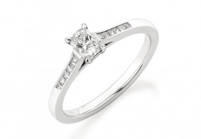 Single stone Phoenix Cut™ with princess cut diamond shoulders